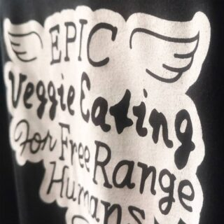 Snygg matchning av @eat_oumph mellan t-shirt och tygpåse, passar fint med deras grymma grafiska profil! 💚 1-färgs screentryck utan PVC och ftalater. 💚 #oumph #eatoumph #ekologisk #rättvisemärkt #veganskt #vegan #gronatryck