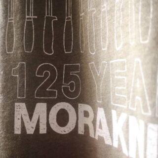 Jubileumst-shirt till legendariska @morakniv som fyllde imponerande 125 år! Design av grymma @rolfnylinder!  💚 1-färgs screentryck utan PVC och ftalater. Fastsydd patch i tröjslut och egen etikett på svensktillverkat ecovanilla-papper. 💚 #morakniv #jubileum #morakniv125years #ekologiskt #giftfritt #rättvisemärkt #screentryck #gronatryck
